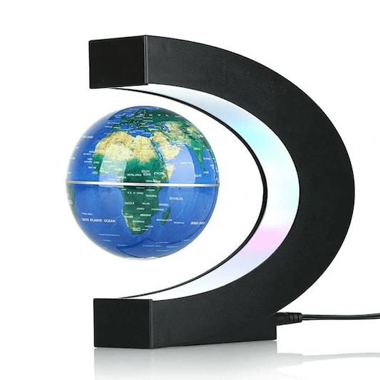 C'est un globe terrestre interactif lévitation mappemonde flottant magnétique bleu en forme de C, vue de droite