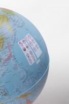 Cest un globe terrestre interactif enfant Parlamondo bleu avec stylet vue de côté2