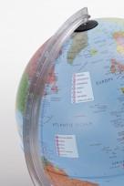 C'est un globe terrestre interactif enfant Parlamondo bleu vue de côté