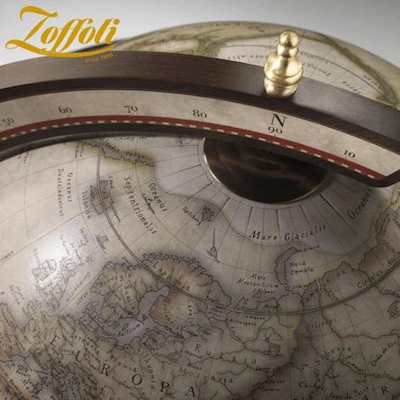 C'est le dessus détail du bar globe terrestre Zoffoli en bois couleur blanche