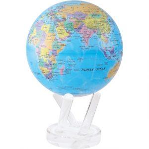 Il y a un globe Mova bleu sur socle blanc