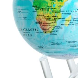 C'est une vue rapprochée du globe Mova bleu carte en relief sur socle blanc transparent